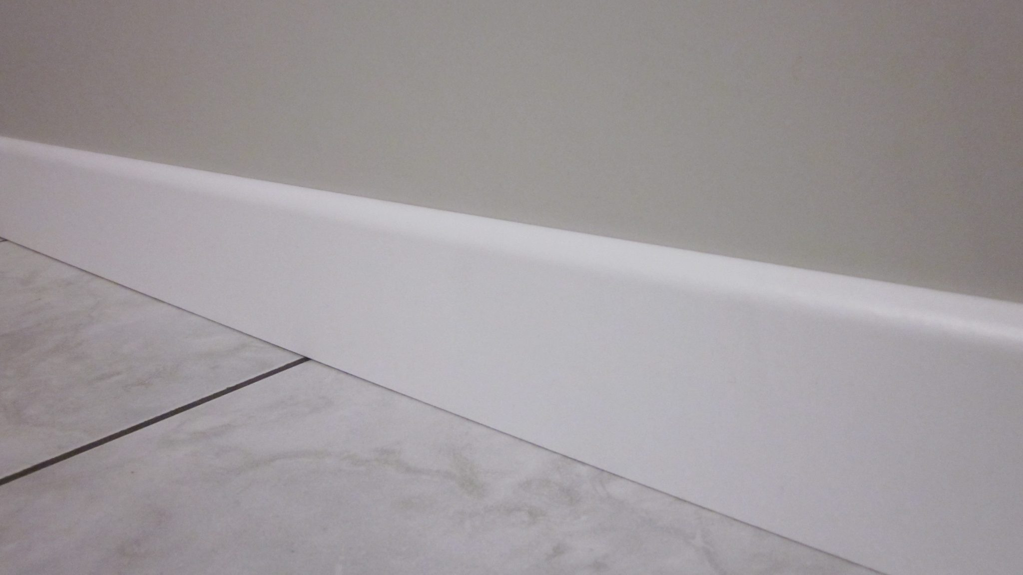 Battiscopa In Legno : Battiscopa in legno bianco filo muro alto cm