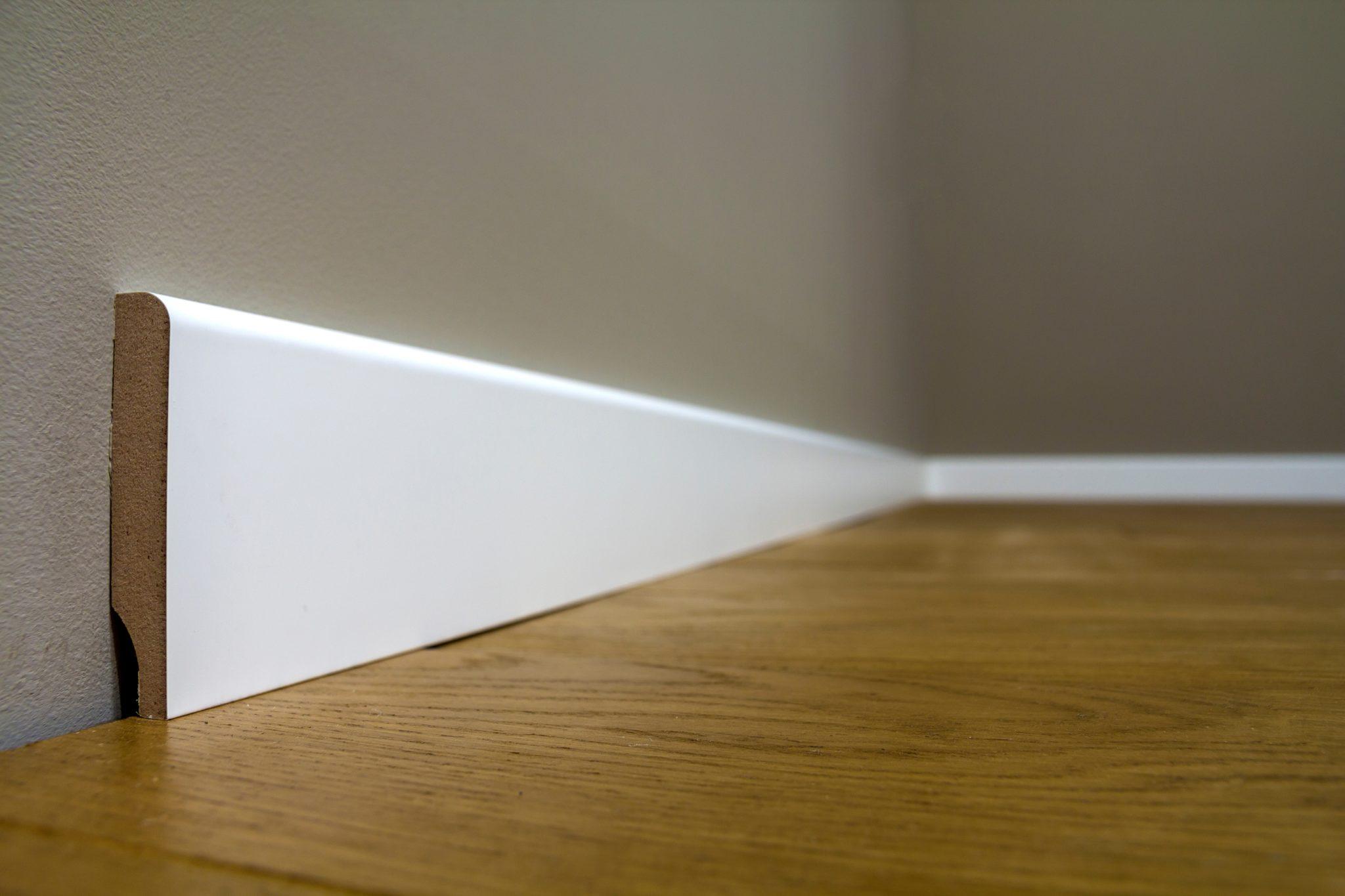 Battiscopa In Legno Bianco battiscopa in legno massello bianco laccato 7 cm