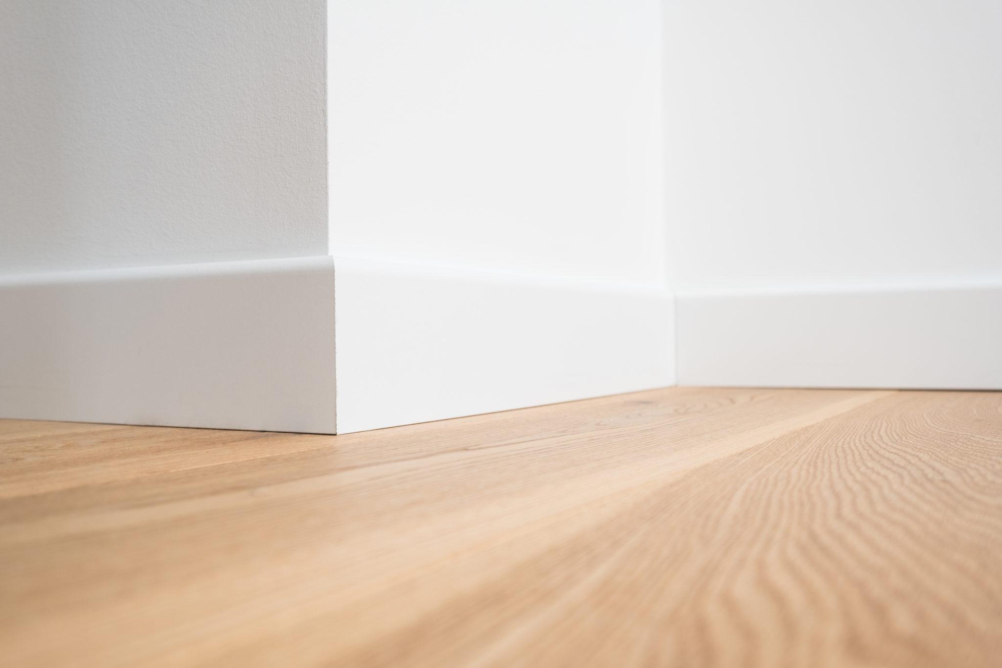 spesso Battiscopa in Legno Massello Bianco Laccato Filomuro Alto 7 cm QO55